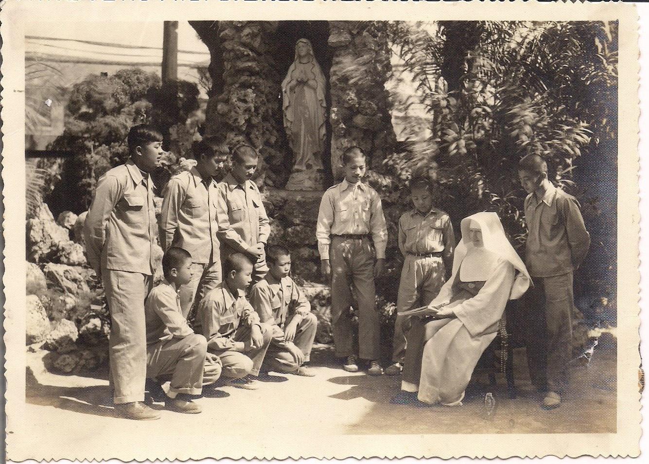 白克滿修女與道理班學生聖母山前