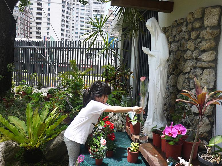 聖母月〜幼兒獻花表敬意