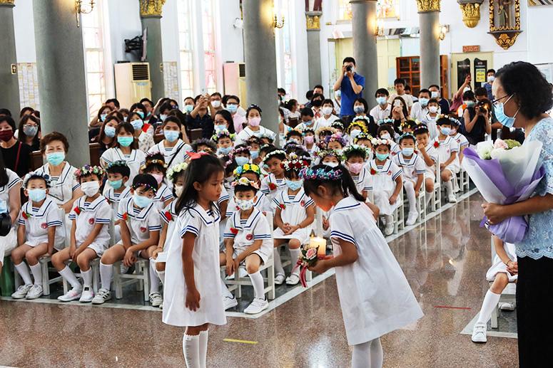 畢業生將樂仁之光傳給中班幼生代表並說一句祝福的話